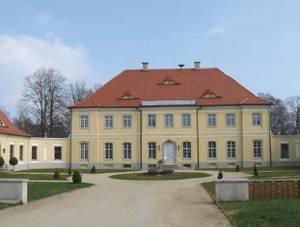 Blick über das Rondell auf das Schloss im Park Königshain